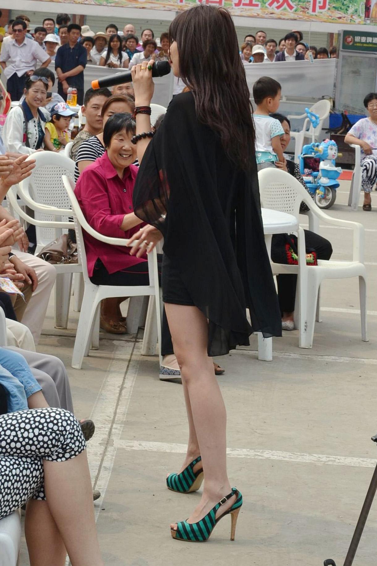 黑屌16p_劲舞高歌的美女不小心裙底走光了[16p]
