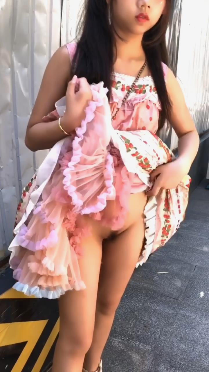 全裸宅舞再现中华 先公共场所露出 再来赤身宅舞表演